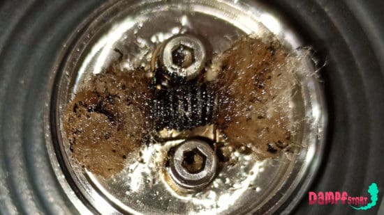 Verdreckte Coil einer E-Zigarette nach einem Dry Hit.